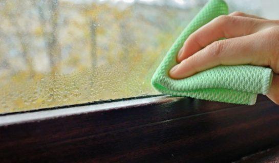 Wassertropfen werden von einem Fenster geputzt